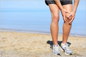 浜辺で膝が痛む