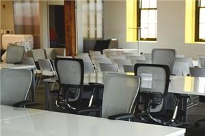 オフィスデスクと椅子
