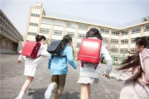 学校に通う子どもたち
